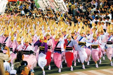 4.阿波おどり 総踊り2 (450x299)