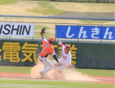 盗塁を決めた岩田幸宏
